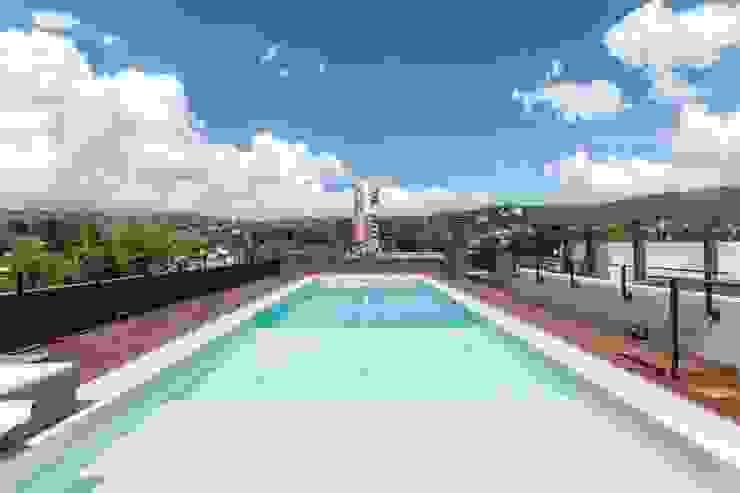 Modern pool by CELOIRA CALDERON ARQUITECTOS Modern