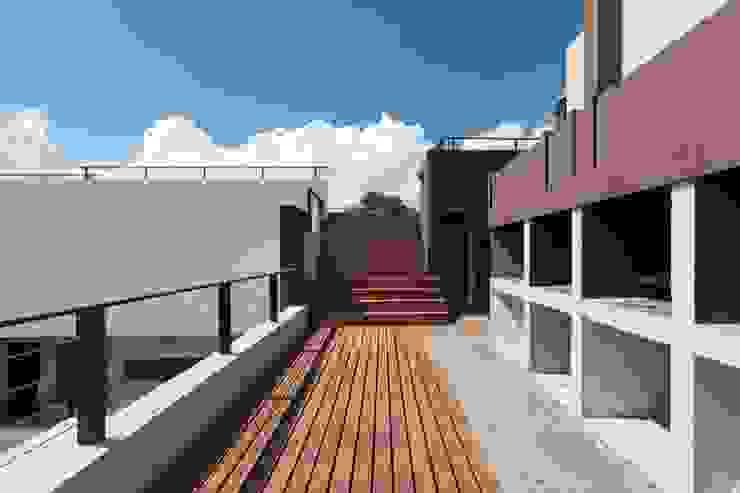 Modern balcony, veranda & terrace by CELOIRA CALDERON ARQUITECTOS Modern