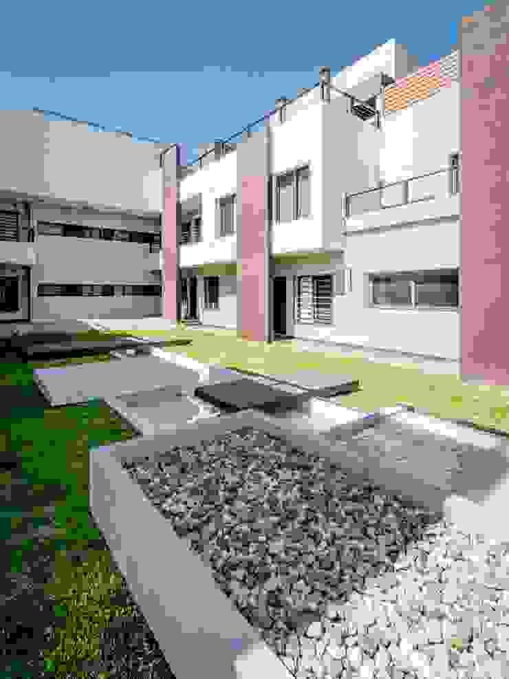 Modern garden by CELOIRA CALDERON ARQUITECTOS Modern