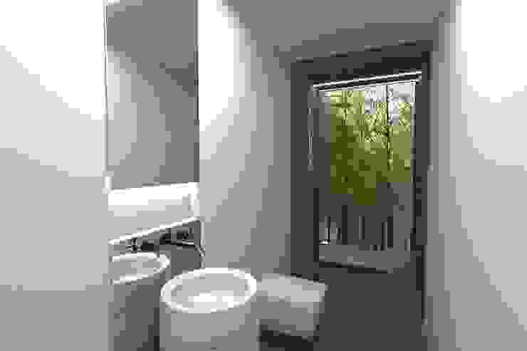 Baños de estilo minimalista de Colectivo de Melhoramentos Minimalista