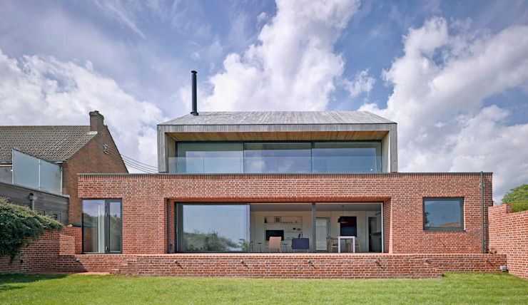 Rear elevation of the house at Broad Street in Suffolk Nowoczesne domy od Nash Baker Architects Ltd Nowoczesny Cegły
