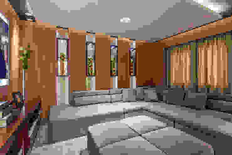 Nowoczesny pokój multimedialny od Designer de Interiores e Paisagista Iara Kílaris Nowoczesny