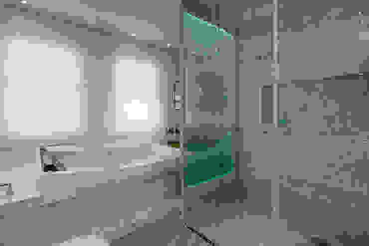 Baños de estilo  de Designer de Interiores e Paisagista Iara Kílaris, Moderno Mármol
