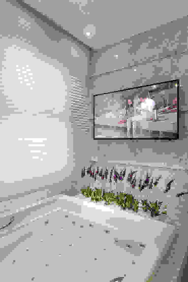 Modern bathroom by Designer de Interiores e Paisagista Iara Kílaris Modern Marble