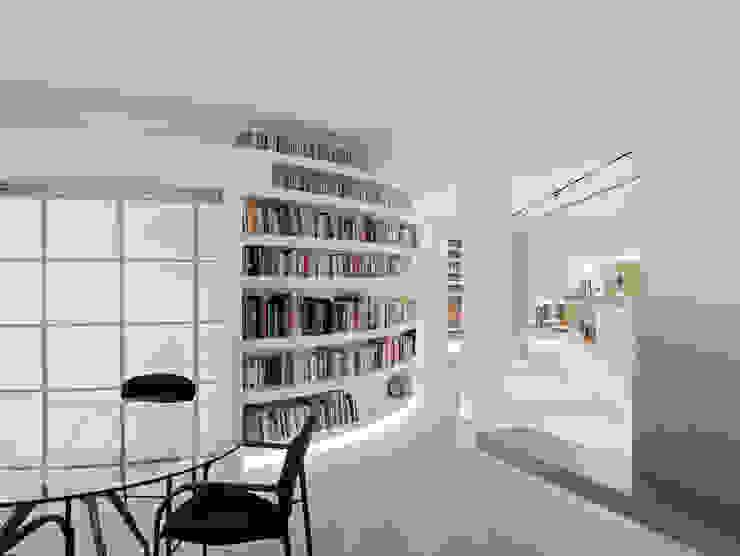 Mueble Bibiloteca curva Pasillos, vestíbulos y escaleras de estilo ecléctico de homify Ecléctico
