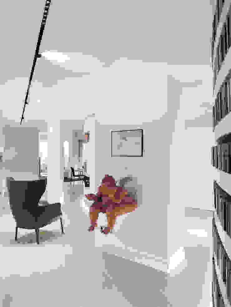 Couloir, entrée, escaliers originaux par asieracuriola arquitectos en San Sebastian Éclectique