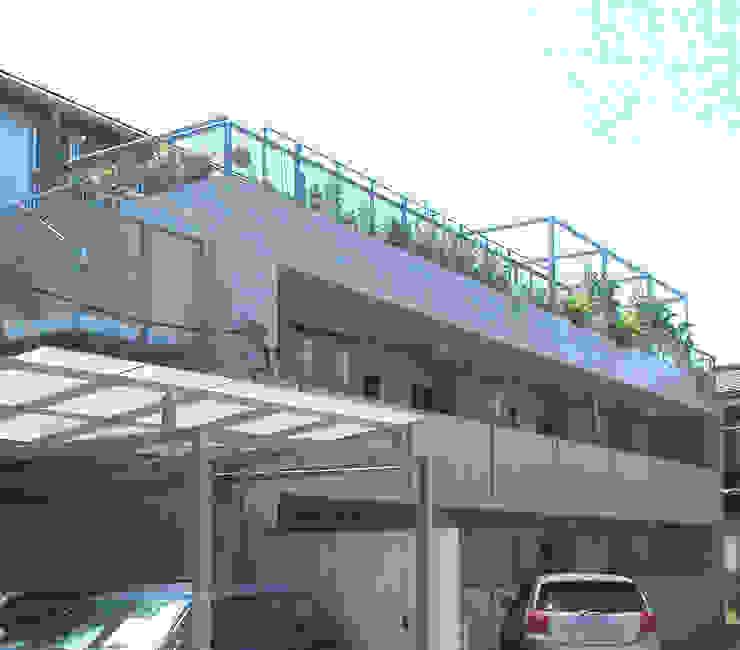 屋上を大地にして住宅をつくる: ユミラ建築設計室が手掛けた家です。,モダン