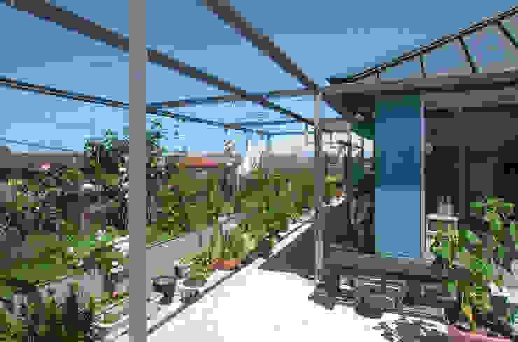 屋上を大地にして住宅をつくる モダンデザインの テラス の ユミラ建築設計室 モダン