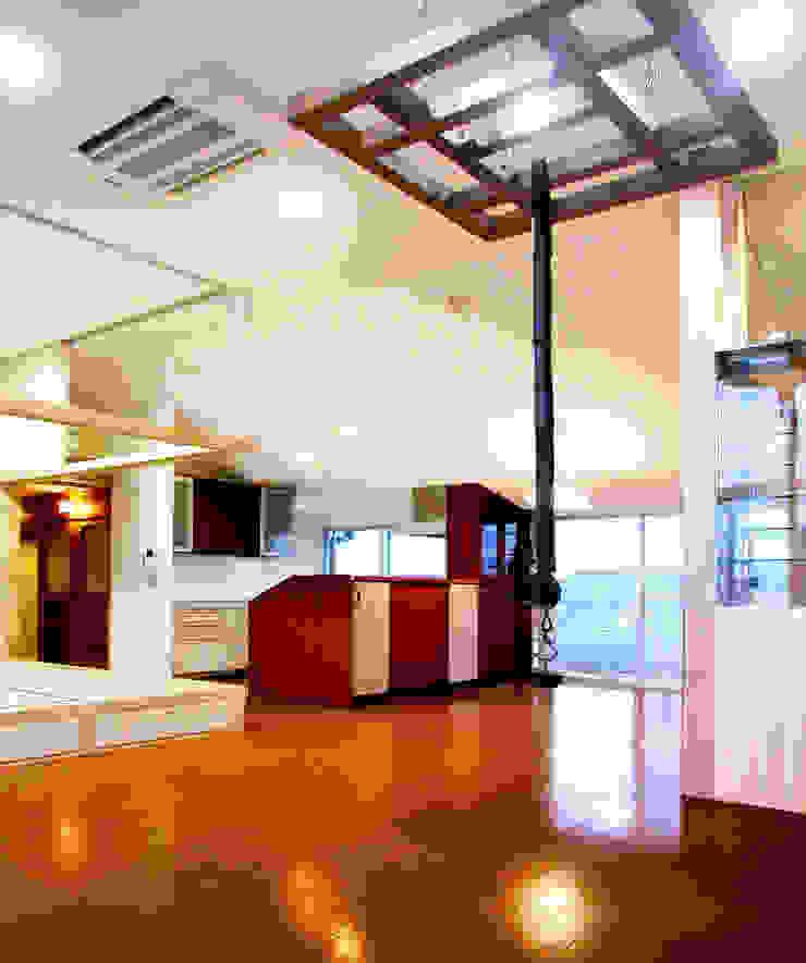 屋上を大地にして住宅をつくる モダンデザインの リビング の ユミラ建築設計室 モダン