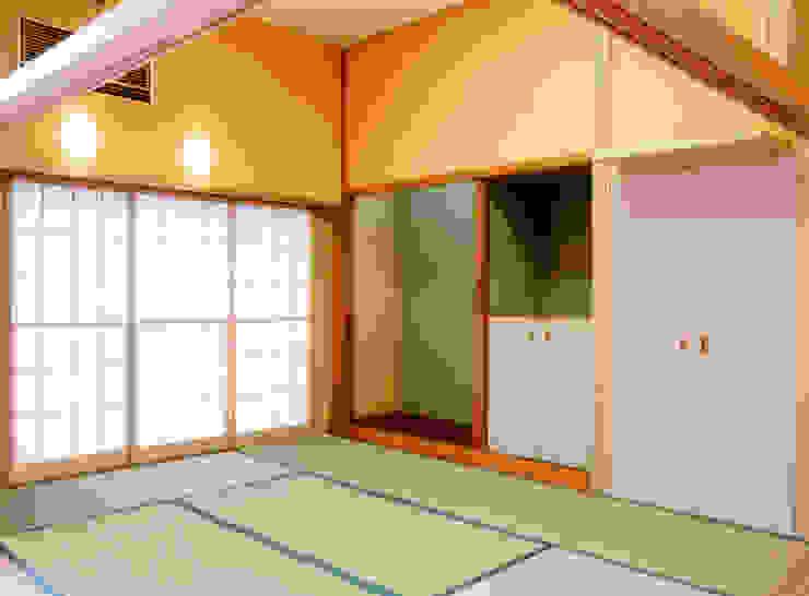 屋上を大地にして住宅をつくる モダンデザインの 多目的室 の ユミラ建築設計室 モダン