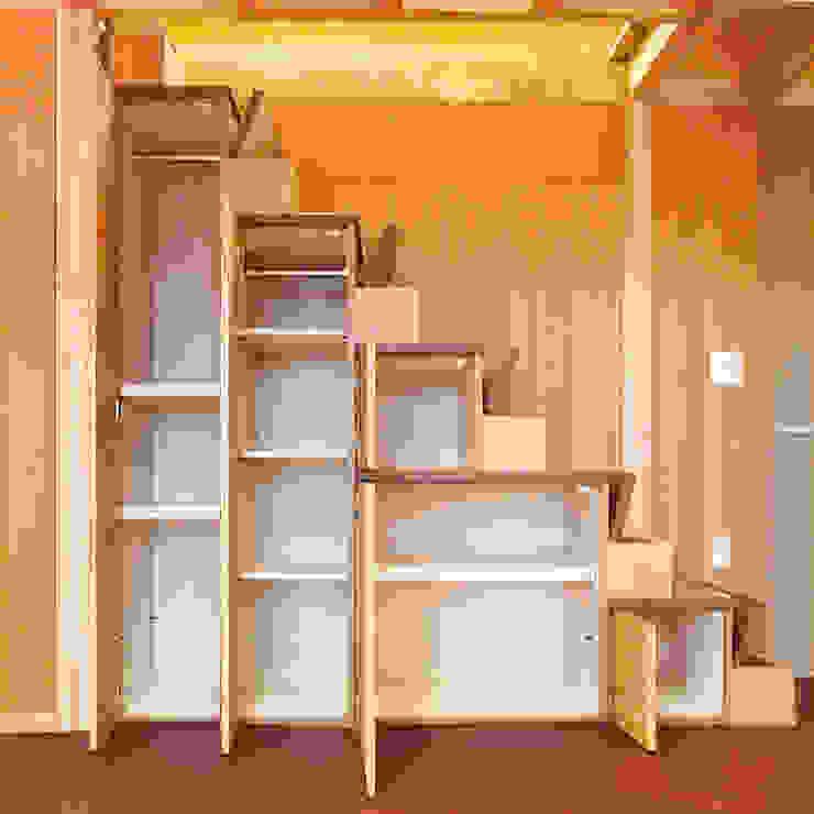 屋上を大地にして住宅をつくる: ユミラ建築設計室が手掛けた現代のです。,モダン
