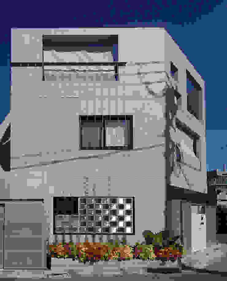 多彩なコンクリート壁の家 モダンな 家 の ユミラ建築設計室 モダン
