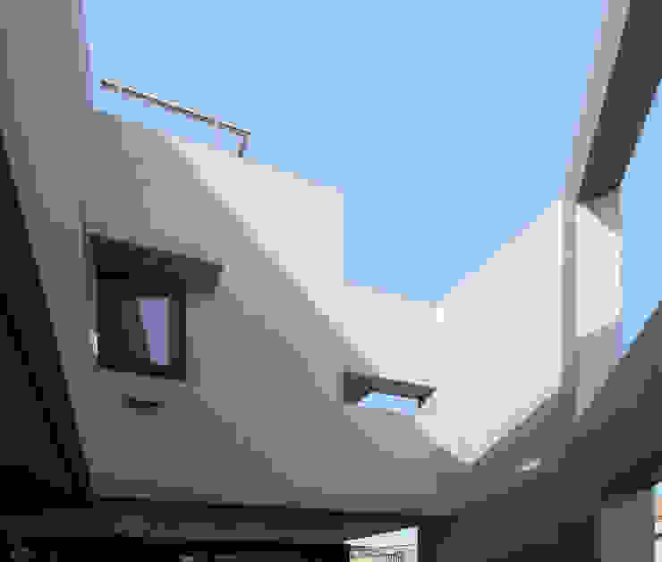 多彩なコンクリート壁の家 モダンな 壁&床 の ユミラ建築設計室 モダン