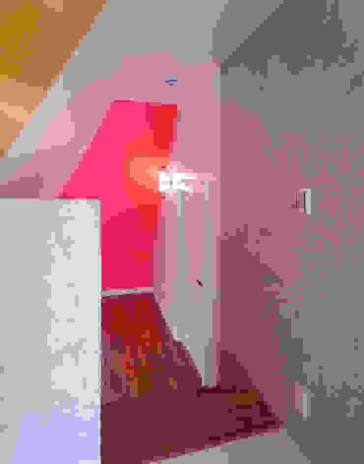多彩なコンクリート壁の家 モダンスタイルの 玄関&廊下&階段 の ユミラ建築設計室 モダン