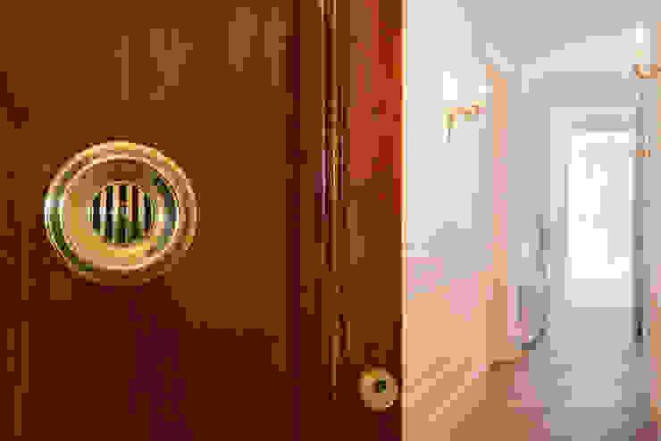 Ingresso, Corridoio & Scale in stile classico di Global Projects Classico