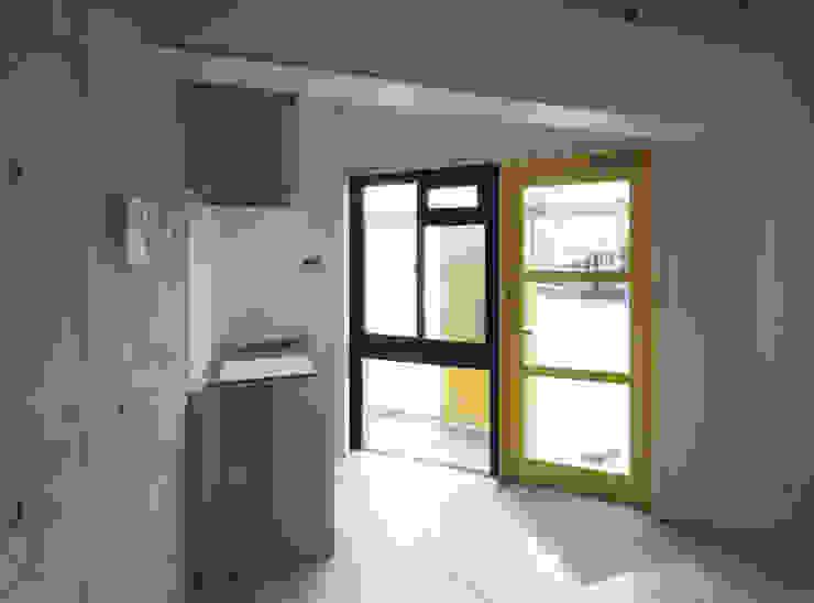 多彩なコンクリート壁の家 モダンな キッチン の ユミラ建築設計室 モダン