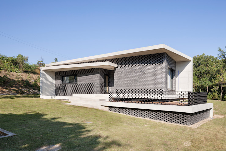 Gutters and Downspouts : House in Gyopyeong-Ri 모던스타일 주택 by studio origin 모던