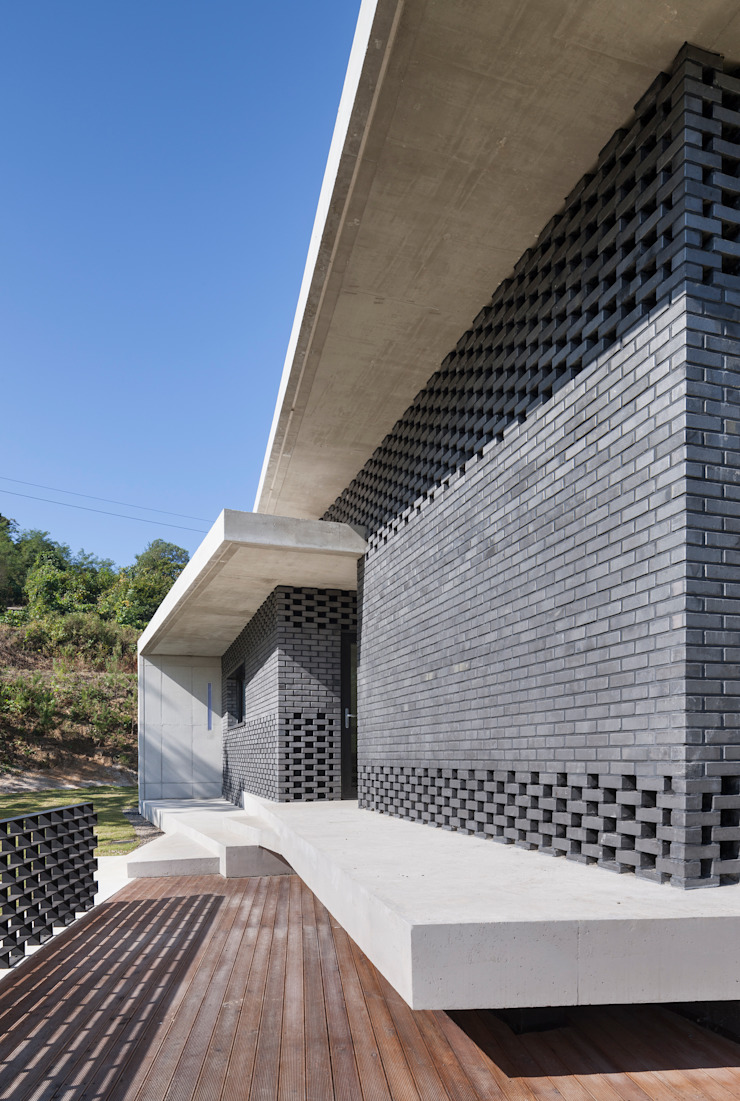 Gutters and Downspouts : House in Gyopyeong-Ri 모던스타일 발코니, 베란다 & 테라스 by studio origin 모던