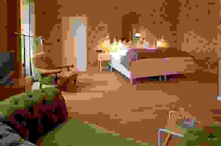 Bedroom Hotel Das Kranzbach Scandinavian style hotels by Dennebos Flooring BV Scandinavian Engineered Wood Transparent