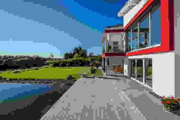Ansicht des Balkons und der Terrasse mit Garten Moderner Balkon, Veranda & Terrasse von aaw Architektenbüro Arno Weirich Modern