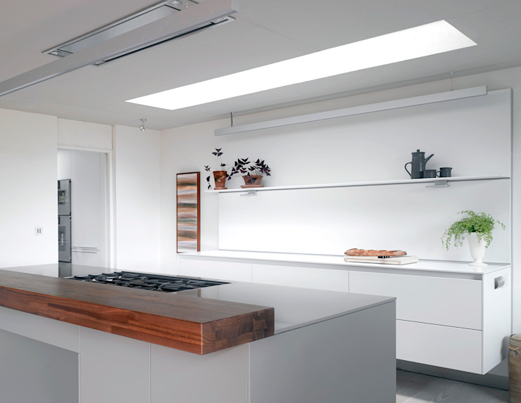 ​The kitchen at the house at Broad Street in Suffolk Nowoczesna kuchnia od Nash Baker Architects Ltd Nowoczesny