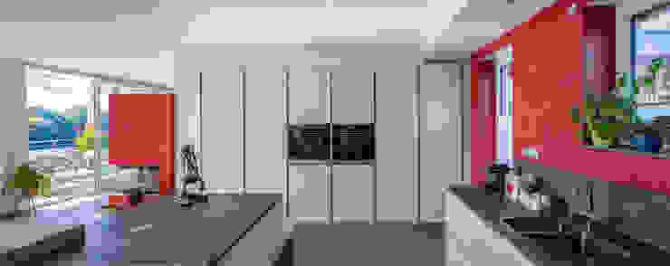 Perfekt integrierte großzügige Küche mit Kamin Moderne Esszimmer von aaw Architektenbüro Arno Weirich Modern
