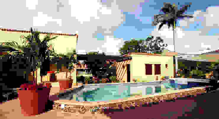 pool en guesthouses Tropische balkons, veranda's en terrassen van architectenbureau Aerlant Cloin BNA Tropisch