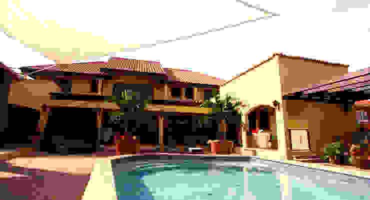 overzicht half-omsloten buitenterras met zwembad Tropische balkons, veranda's en terrassen van architectenbureau Aerlant Cloin BNA Tropisch
