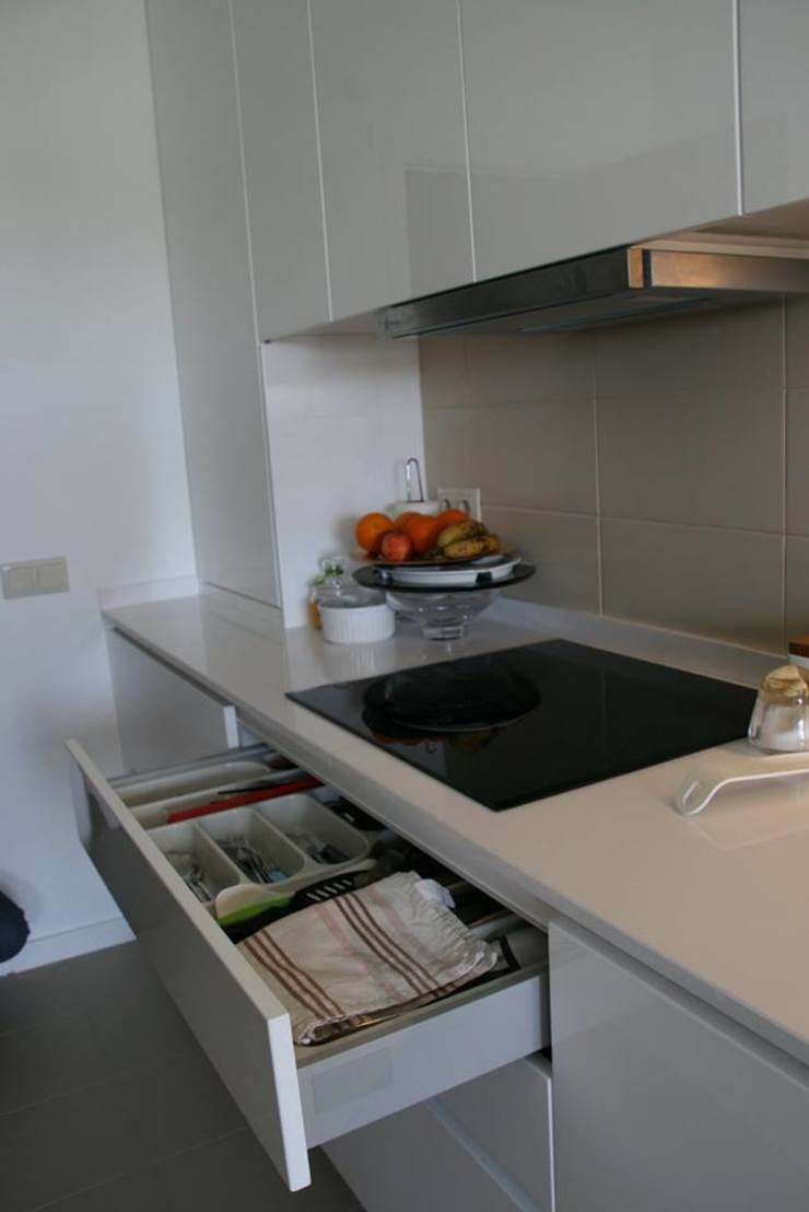 Remodelação de cozinha (Set'15) em parceria com a Arqª Clara Braz por Isabel de Mesquita Unipessoal, Lda