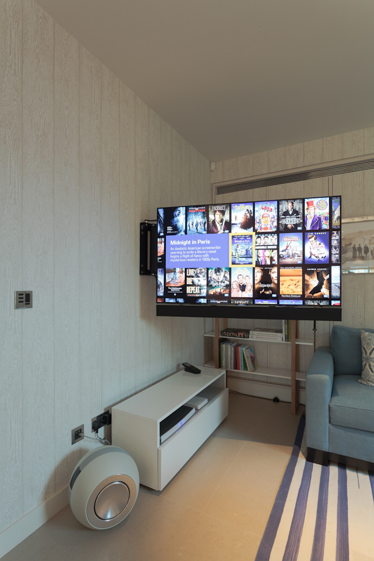TV on electric bracket London Residential AV Solutions Ltd Cocinas de estilo moderno