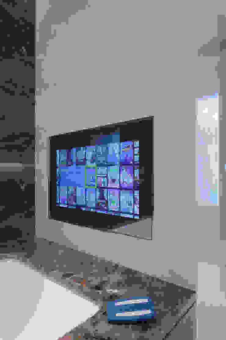 Bathroom TV London Residential AV Solutions Ltd Baños de estilo moderno