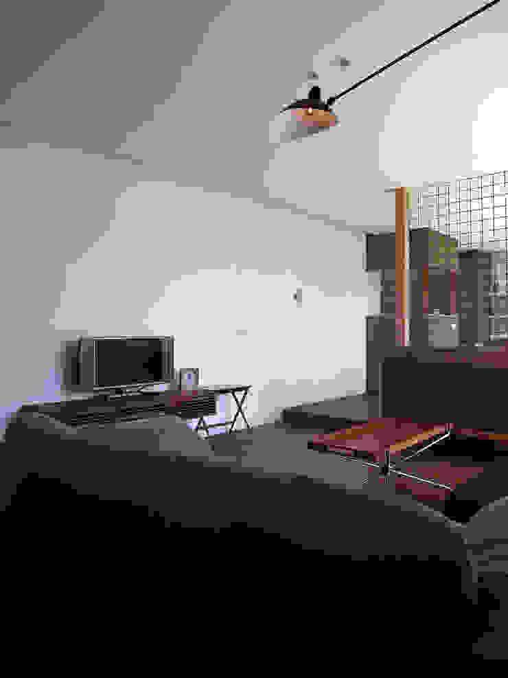 Гостиная в стиле модерн от 村松英和デザイン Модерн