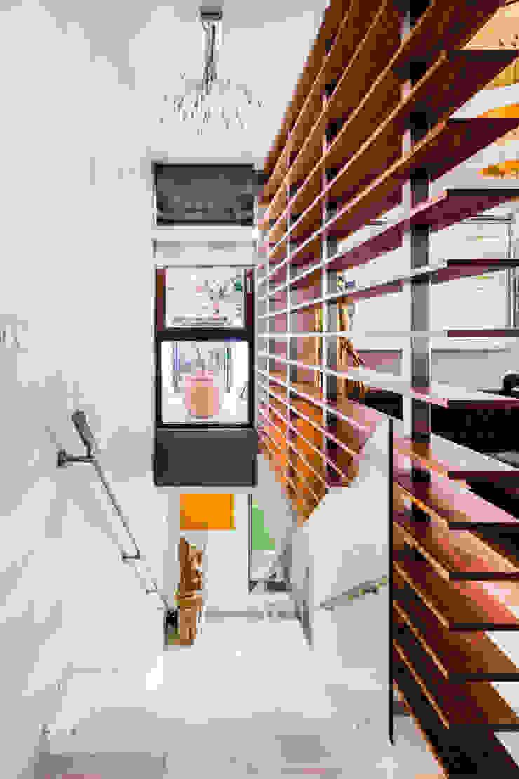 Our photoshoot of apartment located in Warsaw Kolonialny korytarz, przedpokój i schody od Ayuko Studio Kolonialny