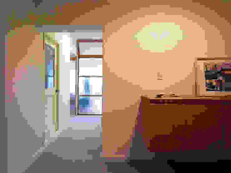 緑丘住宅リノベーション モダンスタイルの 玄関&廊下&階段 の 村松英和デザイン モダン
