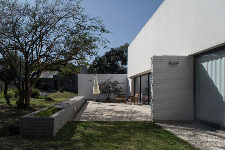 Houses by BLTARQ  Barrera-Lozada, Modern