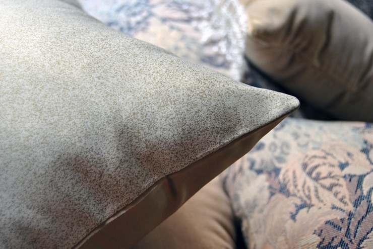 Cojines personalizados con olor | Sala de Herminia Mor Ecléctico Textil Ámbar/Dorado