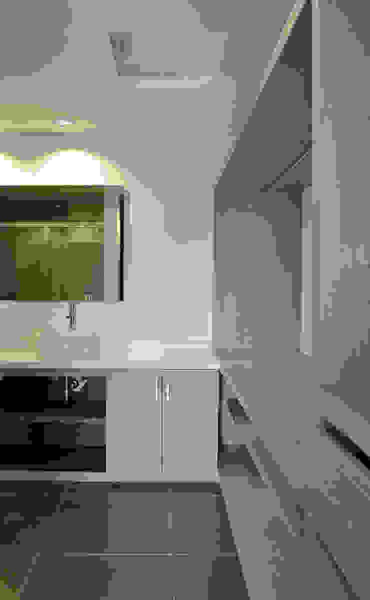 APARTAMENTO 104 Baños de estilo minimalista de ESTUDIO DUSSAN Minimalista