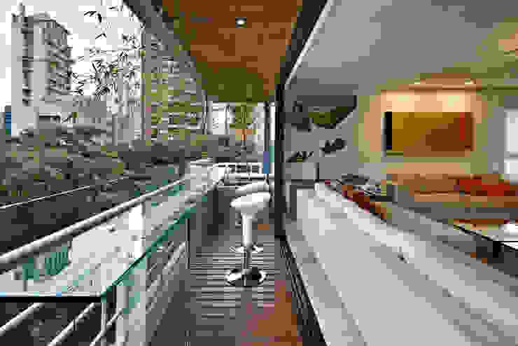 Apartamento Moema Varandas, alpendres e terraços modernos por Luciana Savassi Guimarães arquitetura&interiores Moderno Vidro