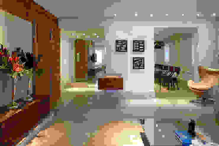 Apartamento Moema Corredores, halls e escadas modernos por Luciana Savassi Guimarães arquitetura&interiores Moderno Mármore