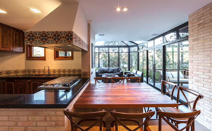 Rustic style dining room by VNK Arquitetura e Interiores Rustic