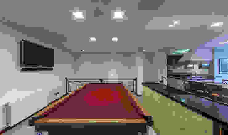 Salas multimedia de estilo  por VNK Arquitetura e Interiores , Rústico