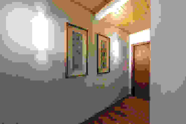 30/01/1986 Rustic style corridor, hallway & stairs