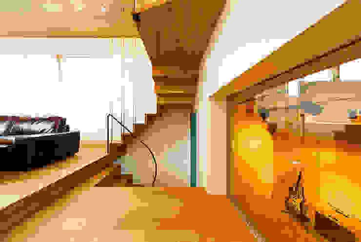 Salones escandinavos de 一級建築士事務所haus Escandinavo Madera Acabado en madera