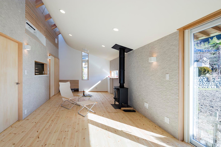 Moderne woonkamers van スズケン一級建築士事務所/Suzuken Architectural Design Office Modern Tegels