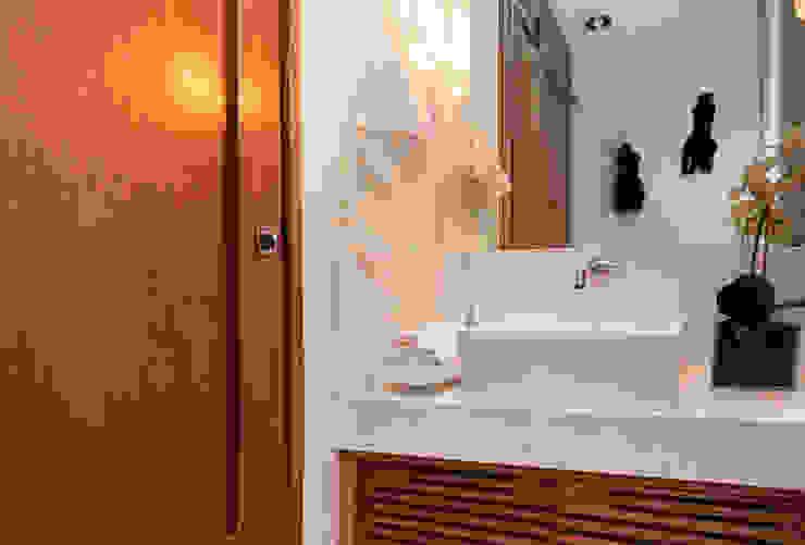 Av. Lúcio Costa Banheiros modernos por Alê Amado Arquitetura Moderno