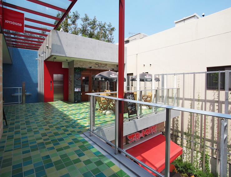 通り抜け通路のある建物 モダンな 家 の ユミラ建築設計室 モダン