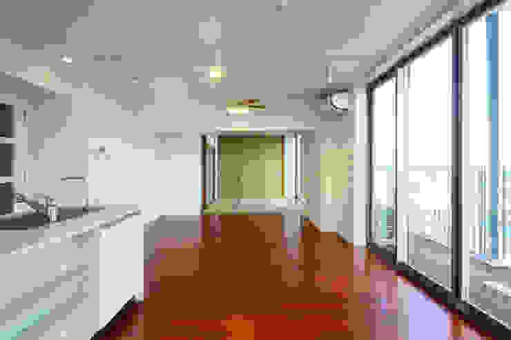 通り抜け通路のある建物 モダンデザインの リビング の ユミラ建築設計室 モダン
