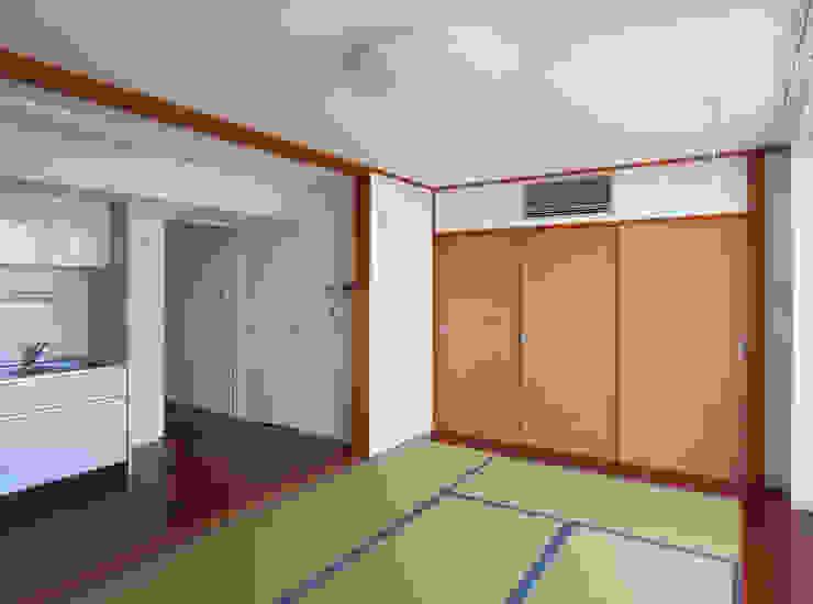 通り抜け通路のある建物 モダンスタイルの寝室 の ユミラ建築設計室 モダン