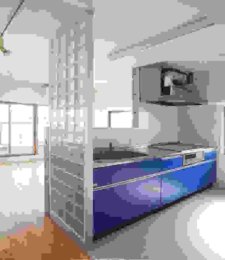 通り抜け通路のある建物 モダンな キッチン の ユミラ建築設計室 モダン
