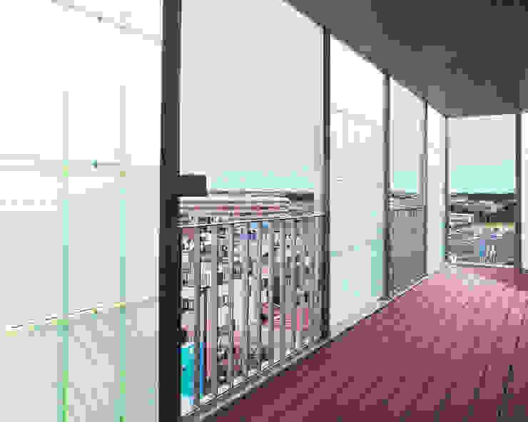 通り抜け通路のある建物 モダンデザインの テラス の ユミラ建築設計室 モダン